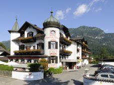 <strong> Kuschel- und Wellnesshotel Staudacherhof ****S, Garmisch, Zugspitze</strong> <p>Morgens wecken wir Sie in Ihrem Turmzimmer nicht. Wir bringen Ihnen vielmehr leise ein Zimmerpicknick vorbei, stellen gekühlten Champagner bereit und lassen Sie weiter kuscheln.</p>